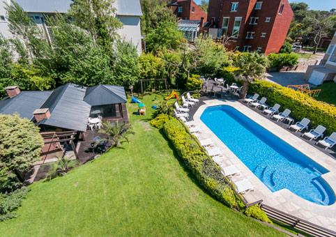 Toma aérea, jardín, piscina y quincho
