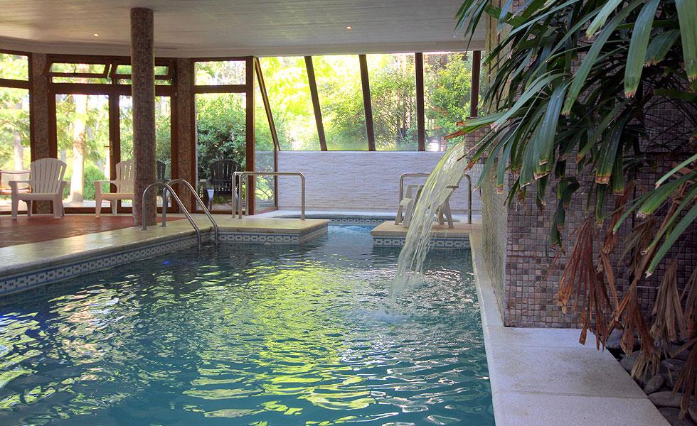 Piscina cubierta climatizada, chorros de agua y jacuzzi
