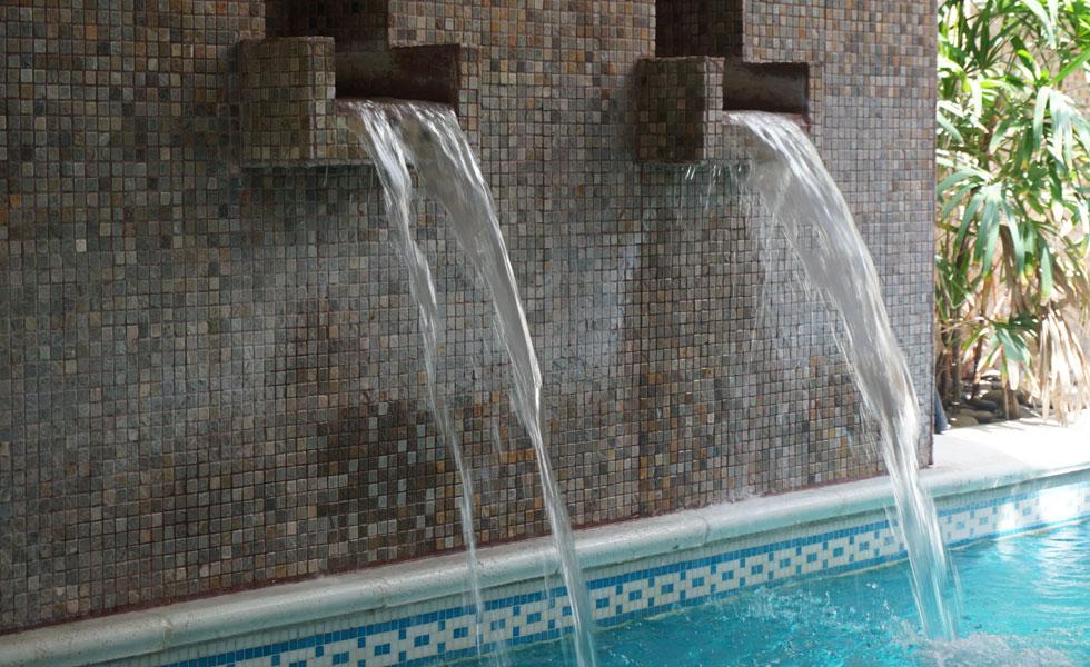 Chorros de Agua sobre la piscina
