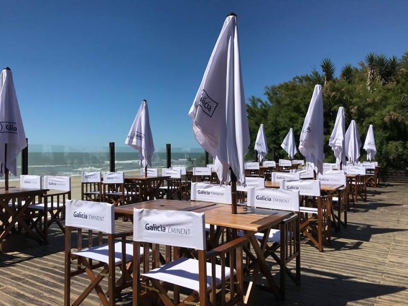 Mesas frente al mar